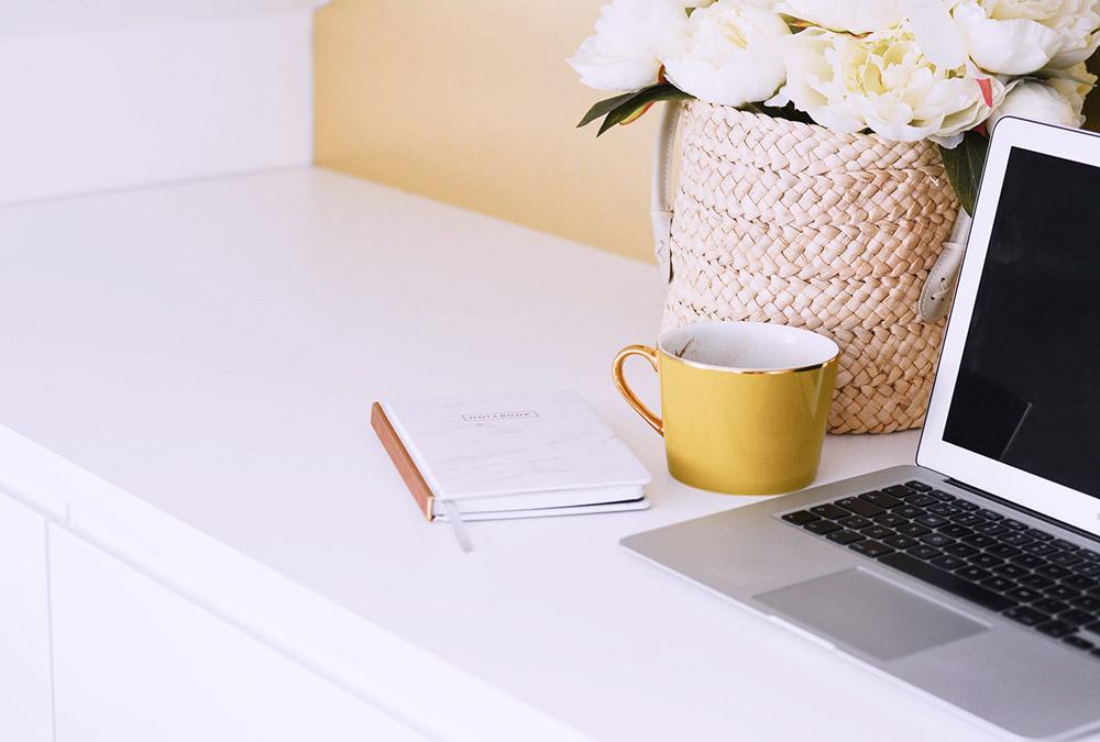Notebook bianco-cestino fiori-pc portatile-tazza gialla